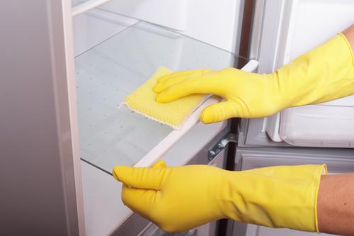 Мытье холодильника внутри