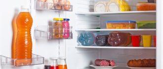 Открытый холодильник с едой перед размораживанием
