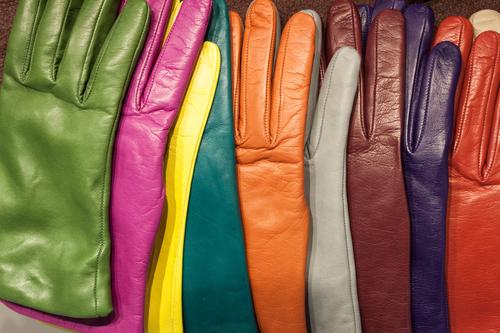 Кожаные перчатки из темной, цветной и белой кожи