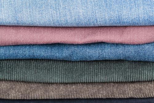 Аккуратно сложенные джинсы
