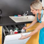 Посуда в открытой посудомойке
