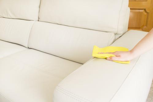Влажная уборка кожаного дивана