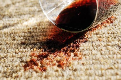 Пятно от вина на ковровом покрытии