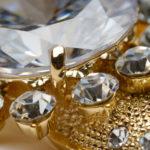 Золотое украшение с камнями для чистки