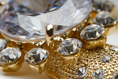Золотое украшение с камнями