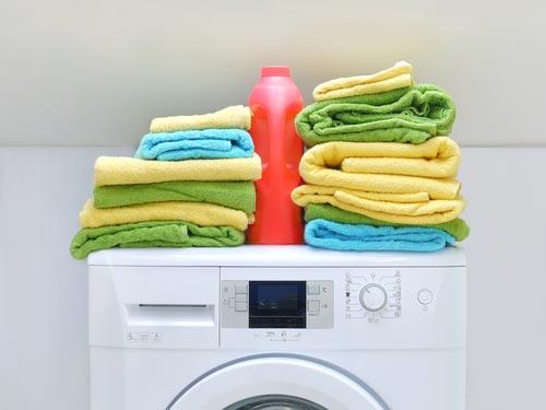 Чистые полотенца после стирки в стиральной машине