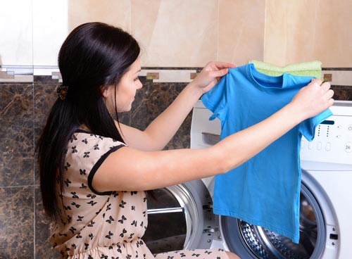 Чистая футболка после стирки без пятен