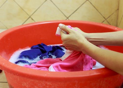 Ручная стирка полинявших вещей для восстановления цвета