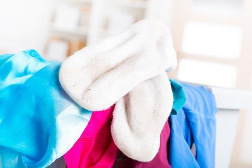 Белоснежные носки и цветные вещи для стирки
