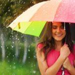 Девушка в летний дождь под ярким зонтиком
