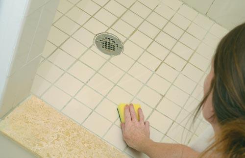 Чистка швов между плиткой на полу в ванной