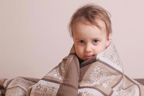 Ребенок кутается в ватное одеяло