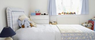 На кровати одеяло из овечьей шерсти