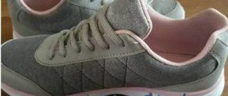 Пара серых кроссовок с белой подошвой