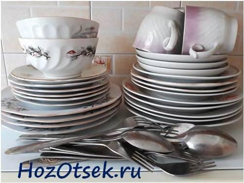 Гора кухонной посуды для мытья
