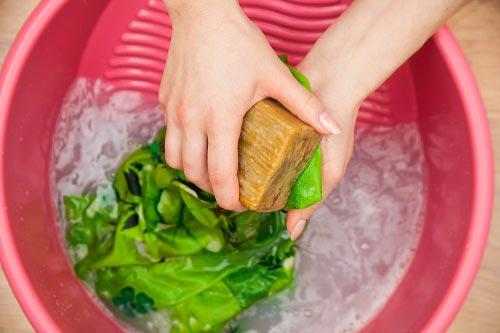 Ручная стирка пятен хозяйственным мылом