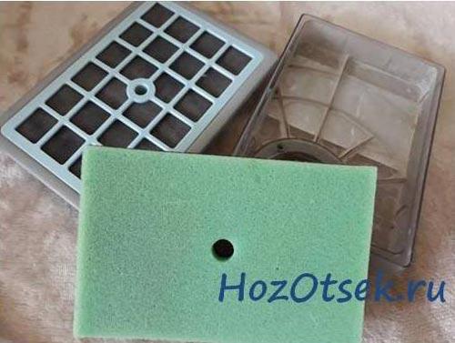 Поролон и пластиковая сета, защищающие двигатель от пыли