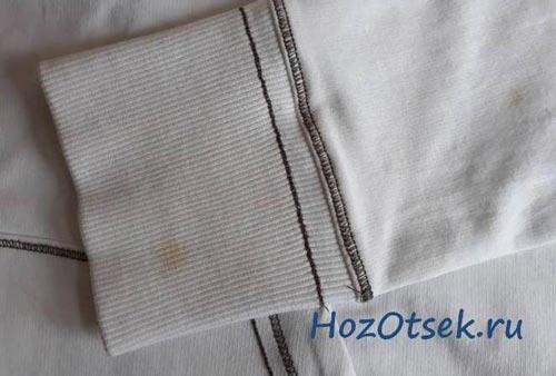 Небольшое пятно ржавчины на белой кофте