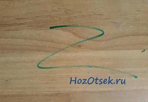 Рисунок маркером на письменном столе