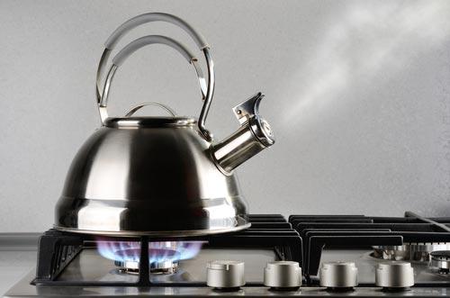 Пар из носика чайника для очищения замши