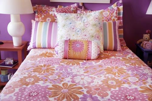 Перьевые подушки на кровати