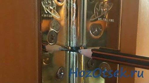 Смазывание дверных петель грифелем карандаша