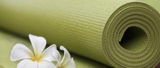 Чистый коврик для занятий йогой или пилатесом