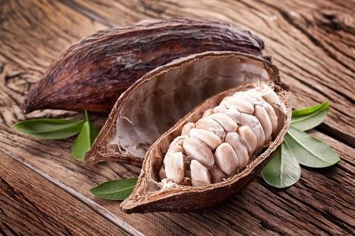 Какао бобы на деревянном столе