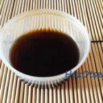 Открытый соевый соус на столе