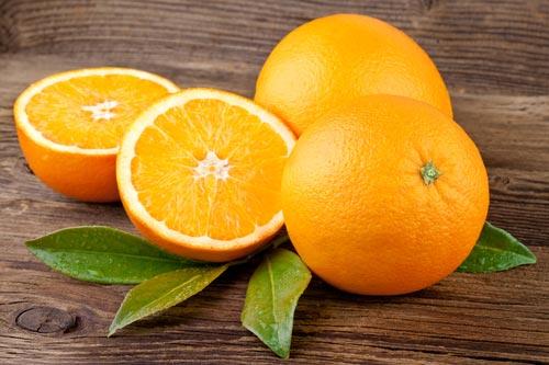 Апельсины целые и разрезанные