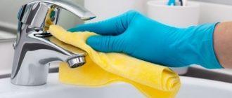 Протирание крана насухо после чистки от налета