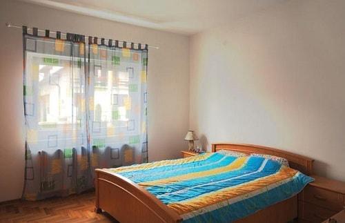 Легкие полупрозрачные шторы в спальне