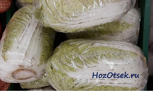 Кочаны пекинской капусты в пищевой пленке
