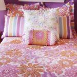 Пуховые подушки на кровати