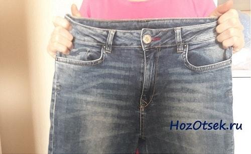 Растягивание джинсов руками